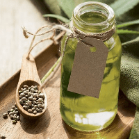 olejek eteryczny w butelce na trądzik