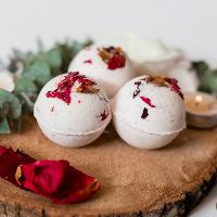 egzotyczne kule do kąpieli z płatkami róż